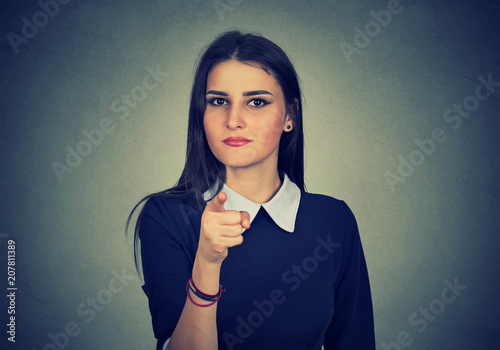 Photo  Serious girl pointing at camera in choice