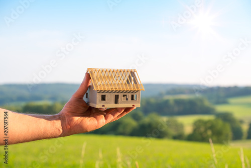 Obraz Neubau mit schöner Landschaft im Hintergrund - fototapety do salonu