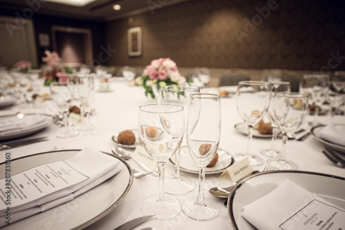 Fotografie, Obraz  vajilla preparada sobre mesa con mantel blanco
