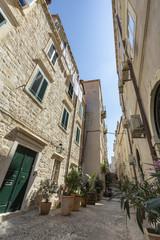 Fototapeta An alley in Dubrovnik, Croatia on a bright sunny day.