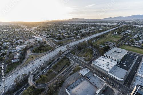 Plakat Zmierzchu widok z lotu ptaka zwycięstwo Bl przy Hollywood 170 autostradą w Północnym Hollywood terenie San Fernando dolina w Los Angeles, Kalifornia.