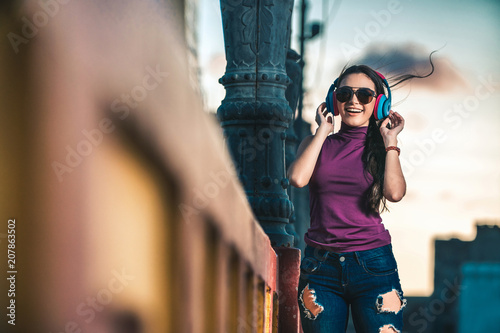 Papiers peints Magasin de musique Woman Wearing Sunglasses And Listening To Music With Headphone
