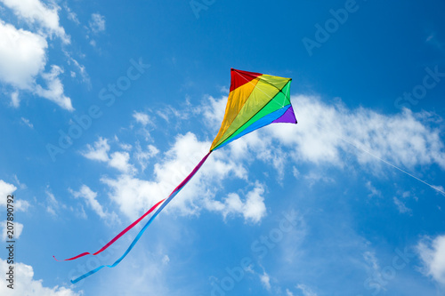 Photo Kite flying in the sky among the clouds