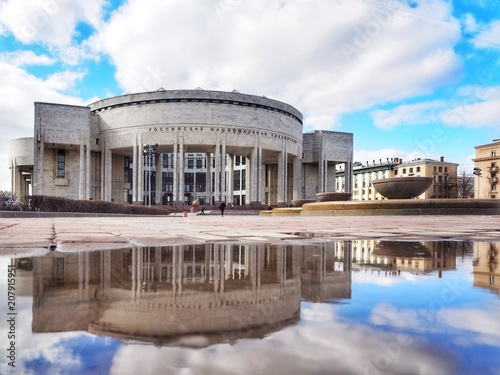 Foto  Library in the reflection of puddles in St. Petersburg