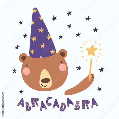 Photo Hand drawn vector illustration of a cute funny bear in a wizard hat, holding magic wand, with lettering quote Abracadabra