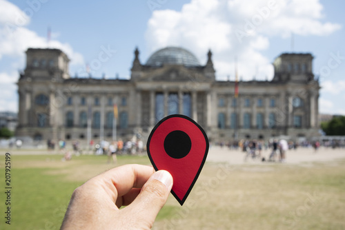 Keuken foto achterwand Centraal Europa man with a red marker in front of the Reichstag