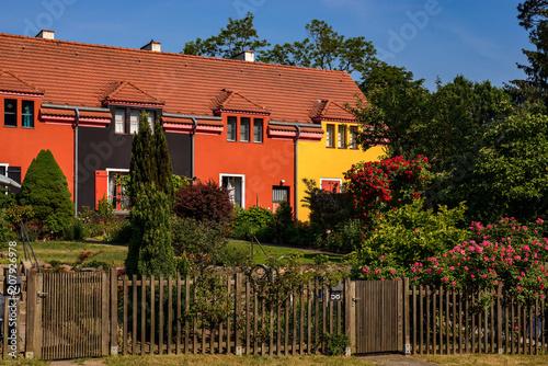 """Zdjęcie XXL Kolor jako element projektu: Domy z ogrodami frontowymi w berlińskim """"Gartenstadt Falkenberg"""""""