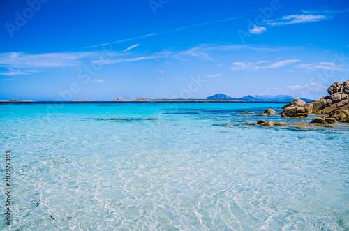 Photo  Clear amazing azure coloured sea water with granite rocks in Capriccioli beach,