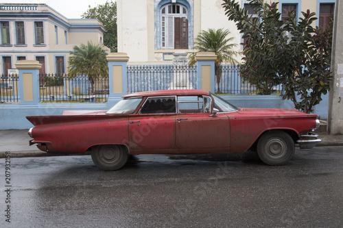 Papiers peints Vintage voitures Cooler roter Oldtimer auf Kuba (Karibik)