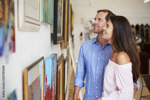 Fotografía  Couple Looking At Paintings In Art Gallery Together