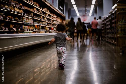Foto op Plexiglas Chicago Little girl shopping in grocery store