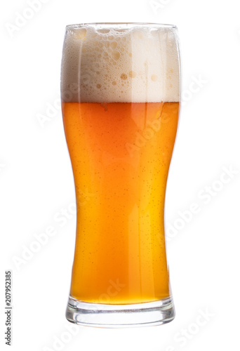 Poster de jardin Bar Cold beer in a glass isolated on white background. Clipping path