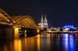 Kölner Dom beleuchtet mit Hohenzollernbrücke left side