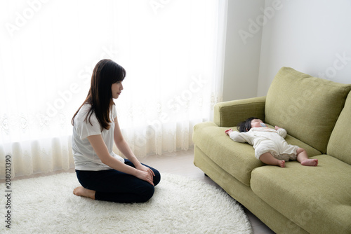 ネグレクト、育児放棄、虐待、疲れる、赤ちゃん、母親、親 Canvas Print
