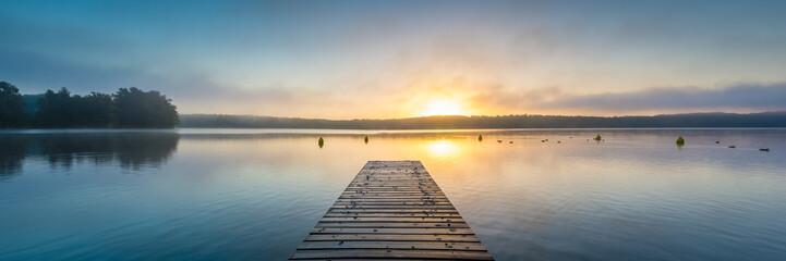 Sonnenaufgang am See mit Nebel - Panorama