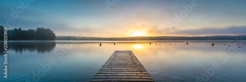 Photo sur Aluminium Lac / Etang Sonnenaufgang am See mit Nebel - Panorama
