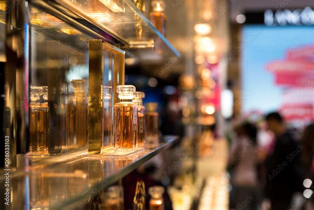 Fototapety, obrazy: Parfum in Parfümerie