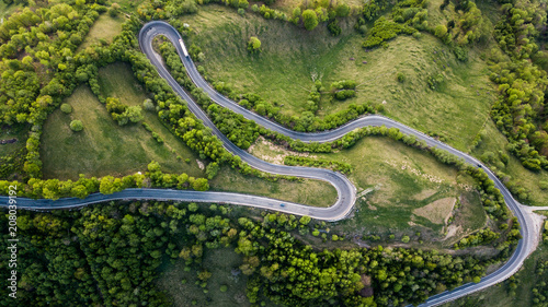 Pinturas sobre lienzo  Winding road from high mountain pass, in summer time