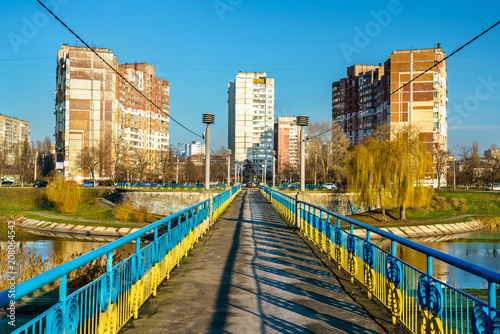 Keuken foto achterwand Centraal Europa Bridge across a lake in Kiev, the capital of Ukraine