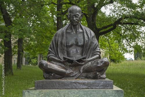 Foto auf Gartenposter Historische denkmal Gandhi-Statue bei den