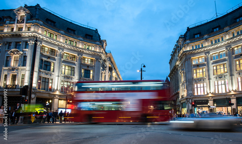 Fotomural People and double decker red bus cross Oxford Circus, the busy intersection of O
