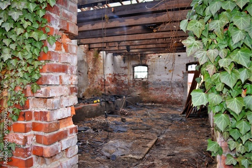 Foto op Aluminium Rudnes Ruine - Alte Scheune nach einem Brand - Rauchschwaden