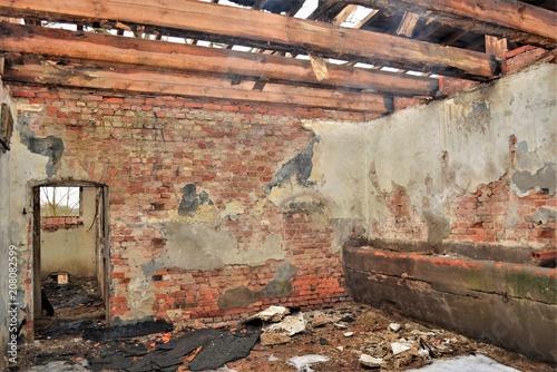 Poster Rudnes Ruine - Alte Scheune nach einem Brand - Rauchschwaden