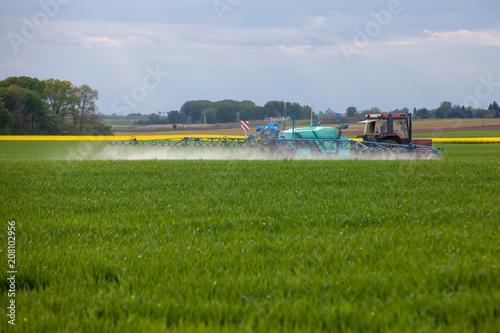 Obraz Agriculture - épandage phytosanitaire - fototapety do salonu