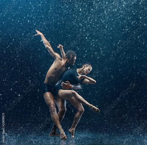 mloda-para-tancerzy-baletowych-taniec-unde-rwater-spada