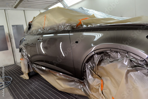 Photo Painting the car in the workshop for body repair