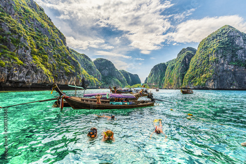 Cuadros en Lienzo Amazing Maya Bay on Phi Phi Islands, Thailand