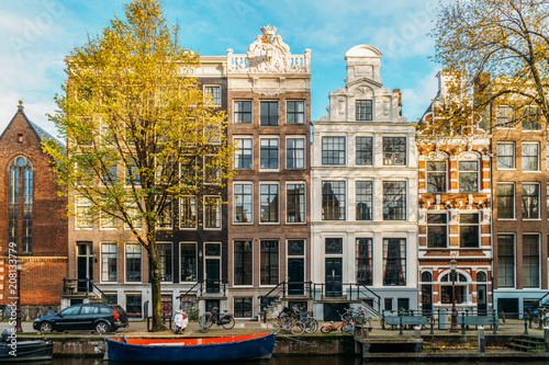 Photo  Beautiful Architecture Of Dutch Houses and Houseboats On Amsterdam Canal In Autu