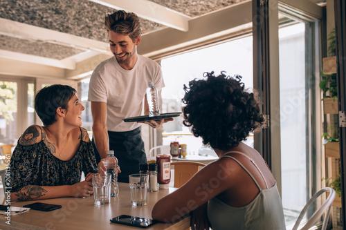 Photo  Female friends at restaurant