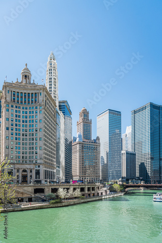 Fotobehang Amerikaanse Plekken Chicago River and downtown Chicago skyline, USA