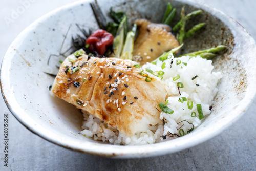 Modern japanisch gebratenes Barsch Filet mit grünen Spargel und Reis als closeup in einer Schale