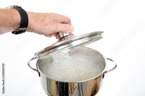 Fototapeta Gotowanie w błyszczącym metalowym garnku. obraz