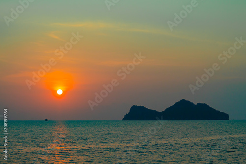 Keuken foto achterwand Zee zonsondergang Sunset Behind an Island in the Sea at Koh Phaghan in Suratthani Thailand.