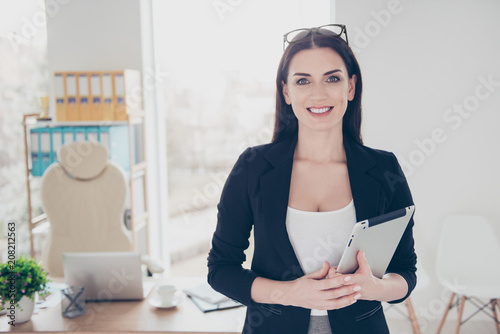Photo Portrait of charming attractive woman with spectacles on head having tablet gadg