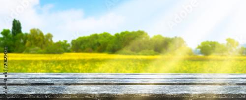 Cadres-photo bureau Orange landschaft mit holztisch im vordergrund