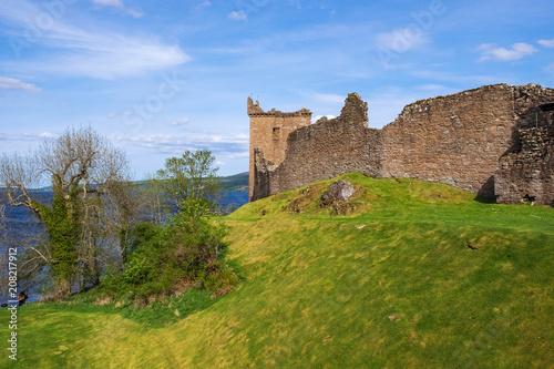 Foto op Aluminium Rudnes Die Ruinien der Burg von Urquhart am Loch Ness in Schottland