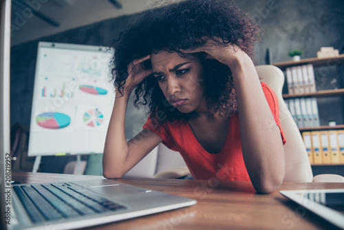 Fotografía  Portrait of sad unhappy woman in casual outfit with upset expression looking at