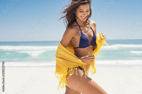Fotografia  Happy woman with scarf at beach