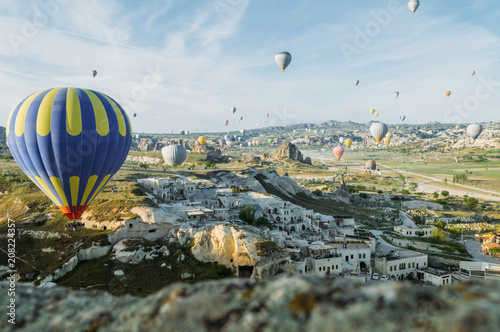 Poster Montgolfière / Dirigeable front view of hot air balloons flying over cityscape, Cappadocia, Turkey