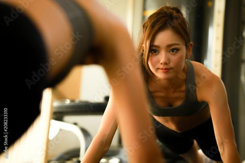 Obraz トレーニングする女性 - fototapety do salonu