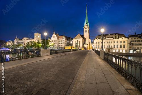 Foto op Plexiglas Europese Plekken Altstadt von Zürich bei Nacht mit Münsterbrücke und Fraumünster, Schweiz