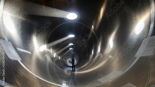 Fototapeta Interior de camión cisterna silo en proceso de limpieza realizado por un trabaja