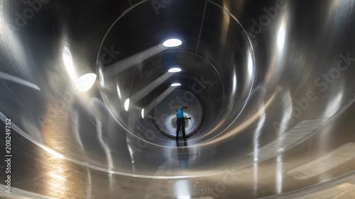 Fotografia  Interior de camión cisterna silo en proceso de limpieza realizado por un trabaja