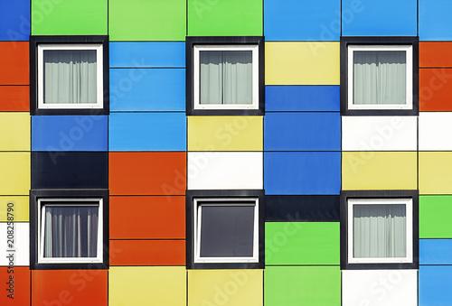 Fachada de colores con seis ventanas
