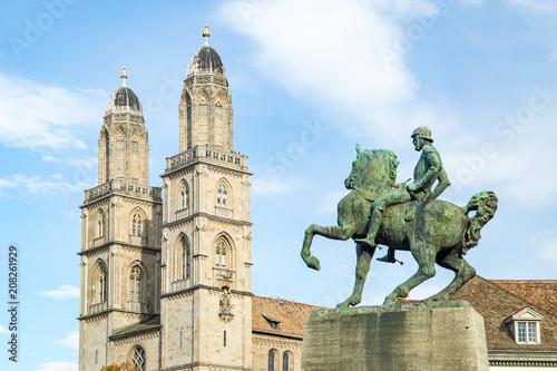 Fotobehang Historisch mon. Statue des Bürgermeister Hans Waldmann vor dem Grossmünster in Zürich, Schweiz