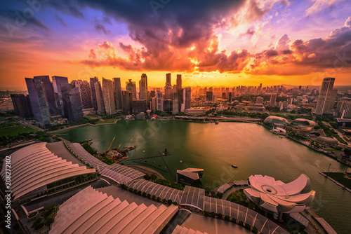 Fotobehang Stad gebouw Singapore Skyline and view of skyscrapers on Marina Bay at sunset.